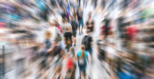 Zoom auf anonyme Menschenmenge auf Messe  - 315619614