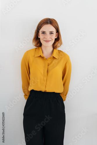 Śliczna rudzielec kobieta z słodkim szczerym uśmiechem
