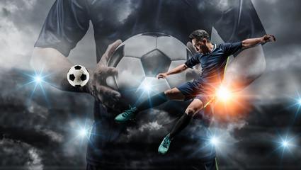 Nogometaš šutira loptu na nogometnom terenu. Profesionalni nogometaš u akciji.