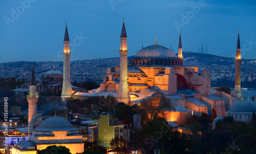 Photo Lights on Hagia Sophia and Firuz Aga Mosque at dusk in Istanbul Turkey