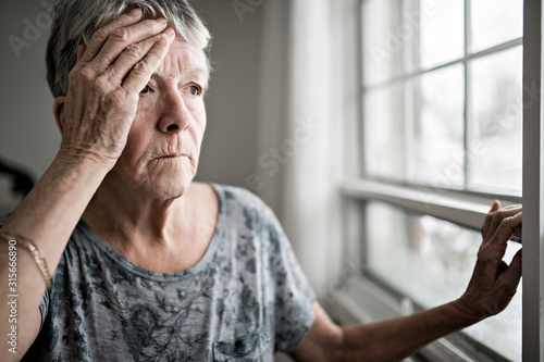 Fotografía A sad lonely 70 years old senior in is apartment