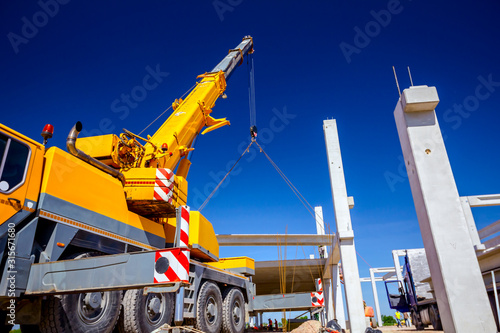 Photo Mobile crane is carry concrete joist to assembly huge hall