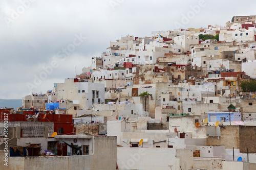 Widok kolorowi starzy budynki Tetouan Medina ćwiartka w Północnym Maroko. Medyna jest zazwyczaj otoczona murem, z wieloma wąskimi i labiryntowymi uliczkami i często zawiera historyczne domy i miejsca.