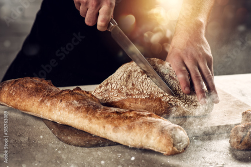 Fotografia, Obraz Baker with bread just out of the oven