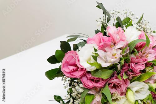 Papel de parede Ramalhete de flores com cores brancas, vermelhas e verdes e rosa sobre a mesa br
