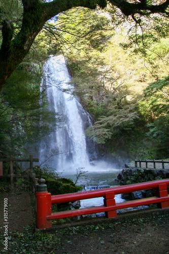 Fototapeta premium Wodospad Minoh i Czerwony Most