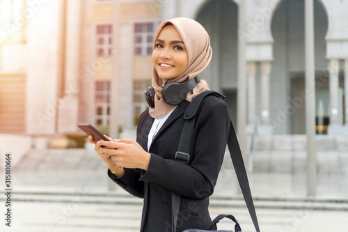 Fotomural Cute Malay Woman wearing hijab outdoor executive