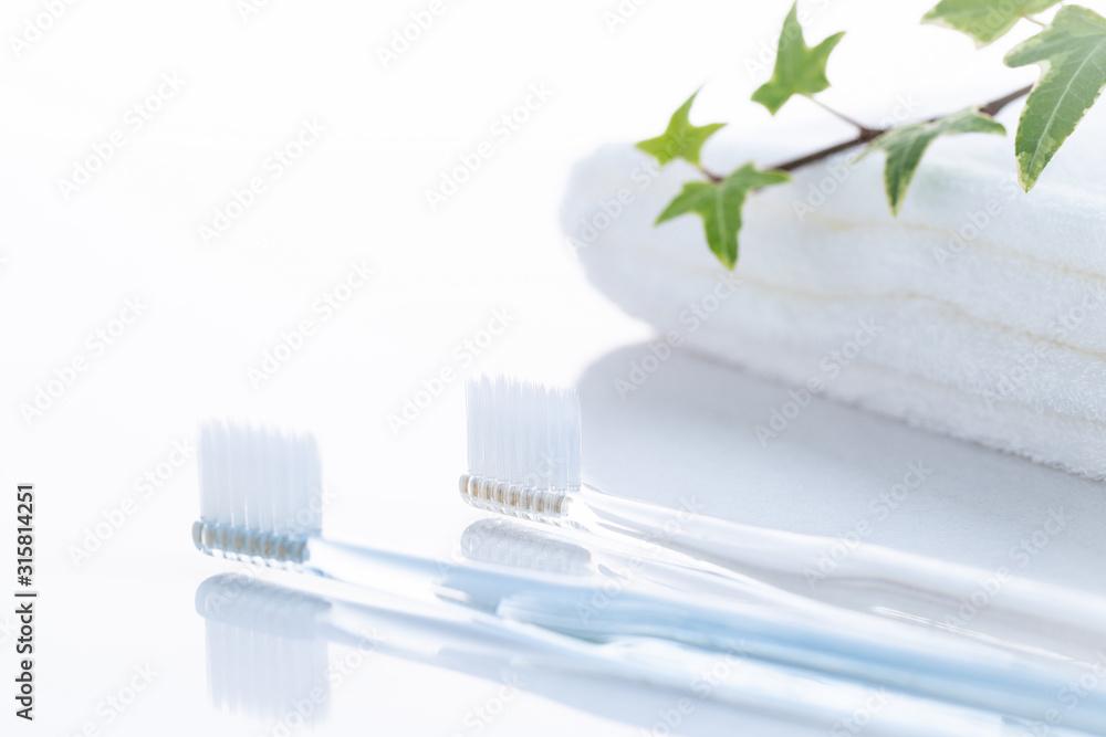 Fototapeta 洗面台の歯ブラシとタオル