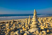 Viele Steinpyramiden Am Strand