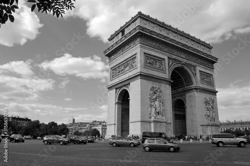 Valokuva Vintage black and white shot of the famous monument Arc de Triomphe in Paris