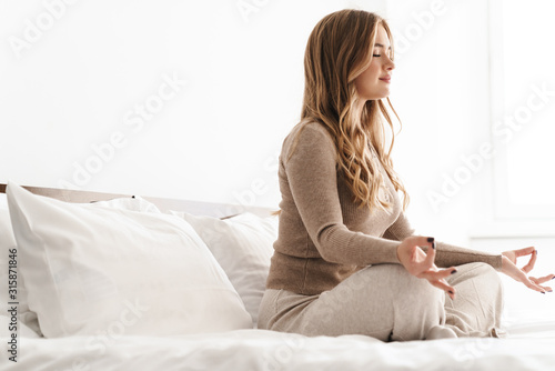 Photo Photo of young calm woman meditating and holding fingers together