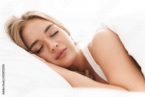 Photo Photo of young caucasian woman sleeping while lying in bed