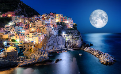 Obraz na Szkle Do sypialni Full moon over Manarola, Cinque Terre, Italy