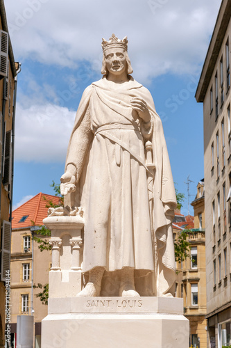 Fotografía The statue of Saint Louis (french king Louis IX) on St Louis square in Metz, Fra