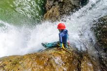 Mutprobe Beim Canyoning - Felsrutsche In Einen Wasserfall
