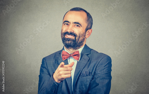 Photo  Portrait of a young man pointing his finger at you