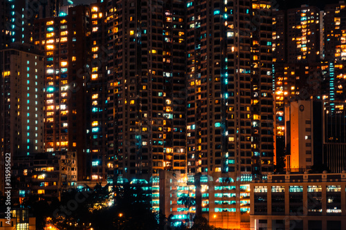 Photo city lights of skyscraper buildings at night, downtown cityscape of hongkong at