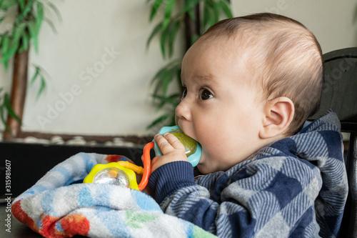 Hermoso bebé mastica su juguete Tapéta, Fotótapéta