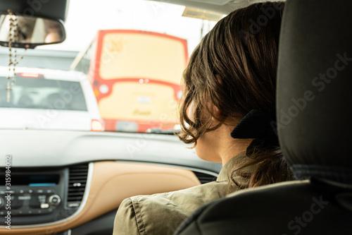 joven mujer de copiloto en el tráfico Fototapet