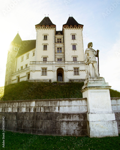 Image of King Henry 4's castle in Pau, France and statue of Gaston Fébus viscount of Béarn Tableau sur Toile
