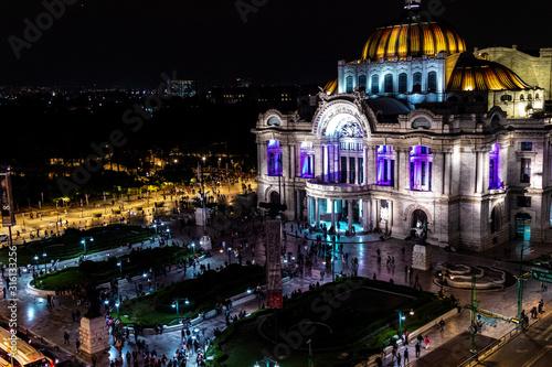 Bellas Artes de noche con colores morado y naranja desde una vista media