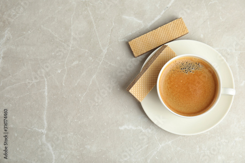 Cuadros en Lienzo  Breakfast with delicious wafers and coffee on grey marble table, flat lay