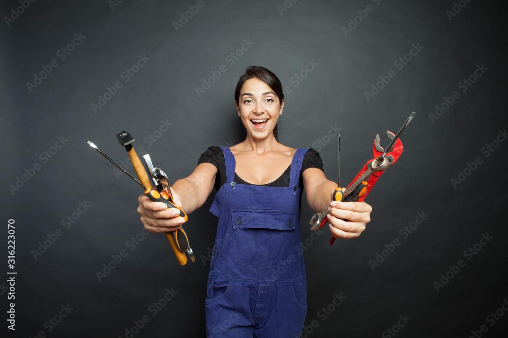 Fototapeta ragazza sorridente con attrezzi da lavoro in mano