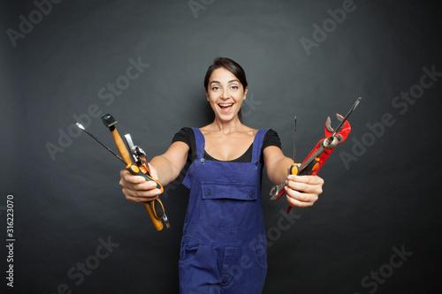 Photo ragazza sorridente con attrezzi da lavoro in mano