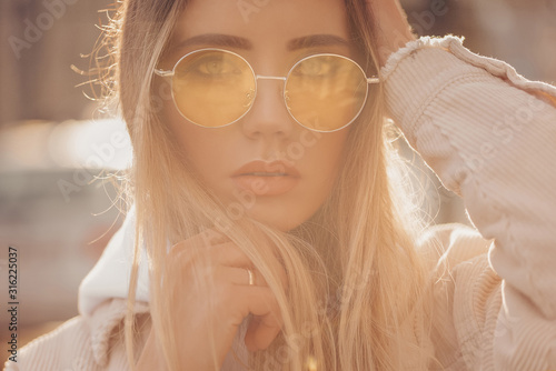 Photographie Beautiful stylish blonde woman in yellow sunglasses in outdoor.