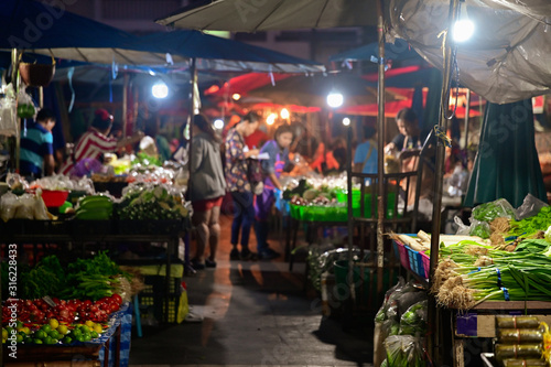 Foto  People buying fruit and vegetable in morning market for making breakfast or buyi