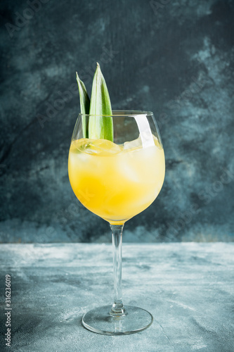 Fotomural  Pineapple cocktail in wine glass