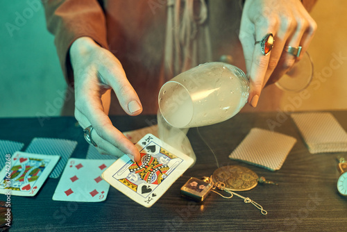Fortune teller hands with jewelry showing playing cards Fototapet