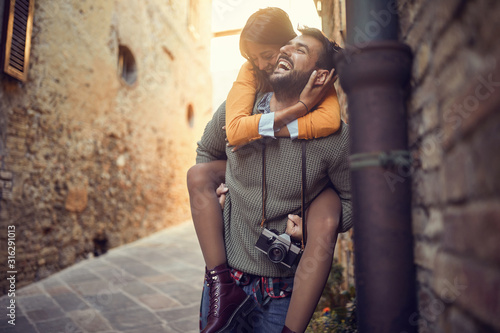 Canvastavla Man and woman have fun on the streets of Italy