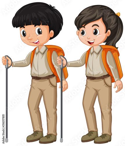 Chłopiec i dziewczyna wycieczkuje na białym tle w skautskim stroju