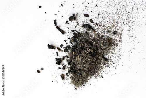Photo Randomly scattered pile of ash on a light background