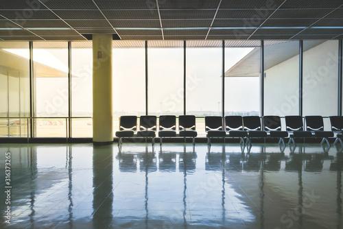 Empty seat at airport terminal waiting area. Billede på lærred