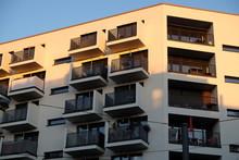 Modernes Wohnhaus Mit Balkons ...