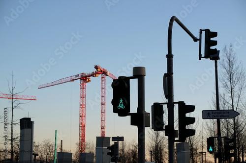 Fotomural  Ampeln und Baukräne am Abend an der Hanauer Landstraße im Ostend von Frankfurt a