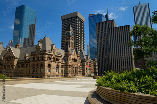 Obrazy Toronto  rooftop-garden-and-patio-at-toronto-city-hall-with-old-city-hall-and-highrise-towers
