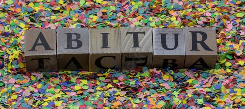 Photo Abitur gedruckt auf Holzwürfel und isoliert auf Konfetti Hintergrund
