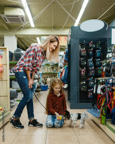 Fotografía Mother with daughter choosing ball, pet store