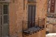 Kleiner Balkon an alten italienischem Haus auf Sizilien