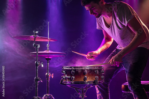 Fotografia, Obraz The drummer plays the drums