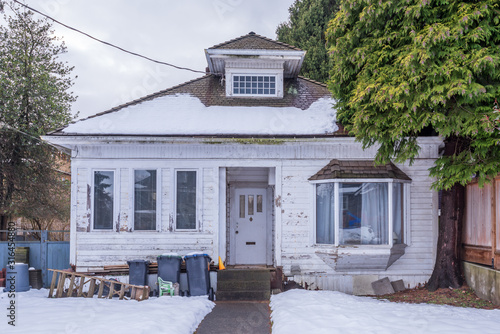 An Old House in Disrepair in Vancouver, Canada. Fotobehang
