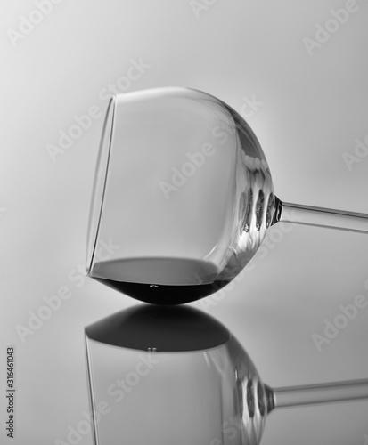 Kieliszek do wina Martwa natura: Czarno-biały obraz kieliszka wina na boku z odbiciem.