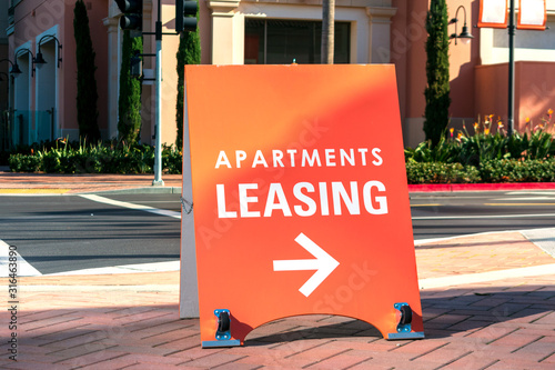 Fotografía Apartments leasing sign promotes the rental property and shows direction where t