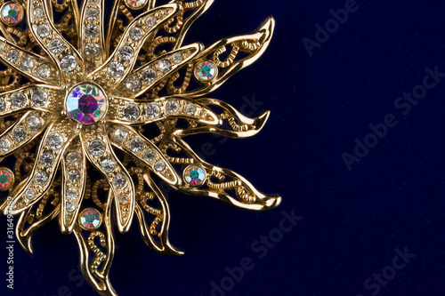 Photo Golden amulet of the sun on a blue background