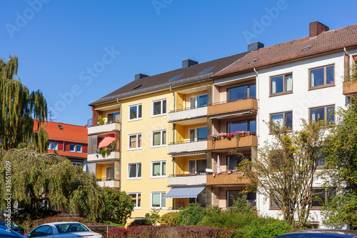 Fotografiet Monotones modernes Wohnhaus, Mehrfamilienhaus, Neustadt, Bremen, Deutschland