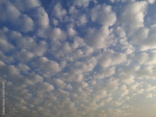 Photo Altostratus, white clouds in the blue sky natural background beautiful nature en