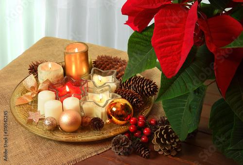 Obraz Boże Narodzenie Święta dekoracja stołu ze świeczkami - fototapety do salonu